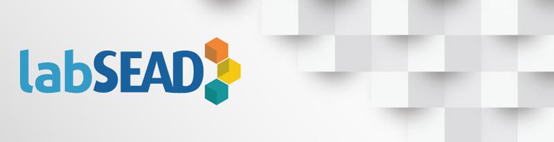 Cabeçalho de abertura do LabSEAD: a logo é composta em tons de azul com quadrados 3D em perspectiva isométrica