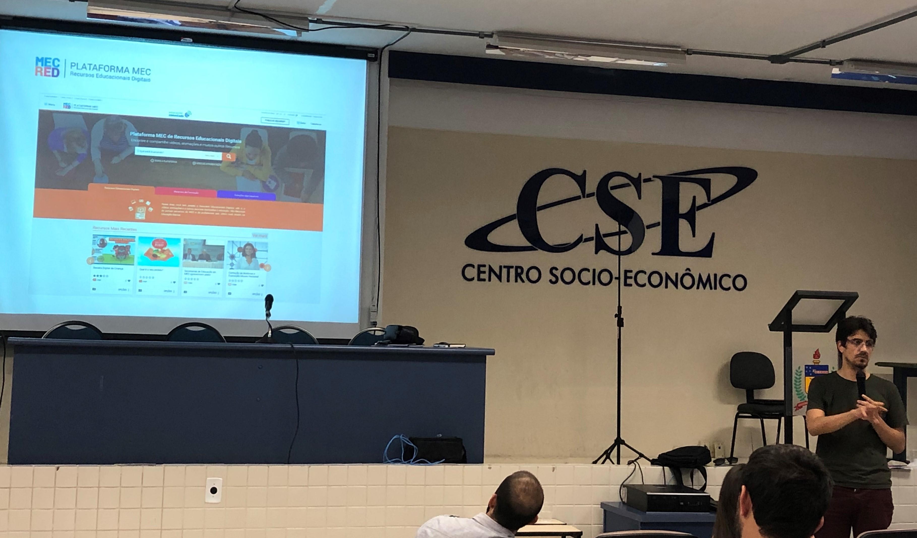 Auditório do CSE com o site MEC RED, de recursos educacionais digitais do MEC, projetado no telão.
